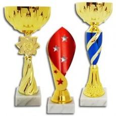 Bardak ve spor özniteliğinin A satışı bir ürün yelpazesine olduğunu.  Kupalar metalik, bardak, plastik, bardak bir ödül